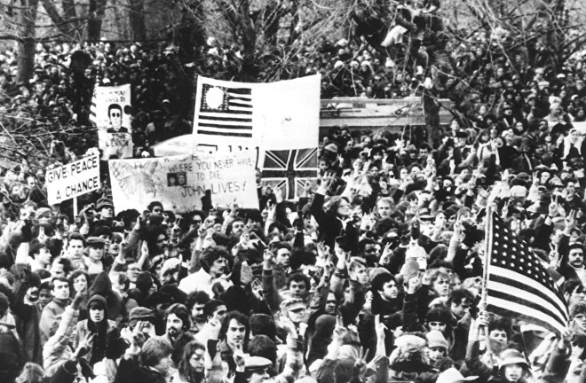 Люди прощаются с Джоном Ленноном. Центральный парк в Нью-Йорке. 14 декабря 1980 года