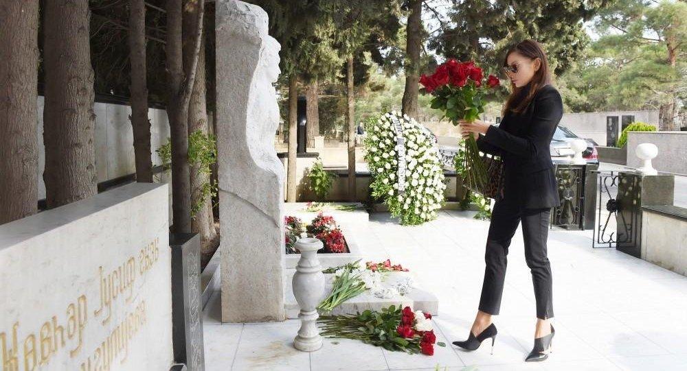 Birinci vitse-prezident görkəmli alim Aida İmanquliyevanın məzarını ziyarət edib