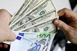Доллары США и наручники, фото из архива
