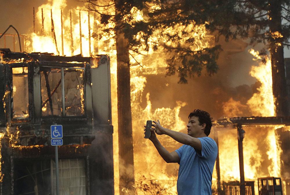 Лесные пожары в Калифорнии: огонь пожирает сотни домов и машин