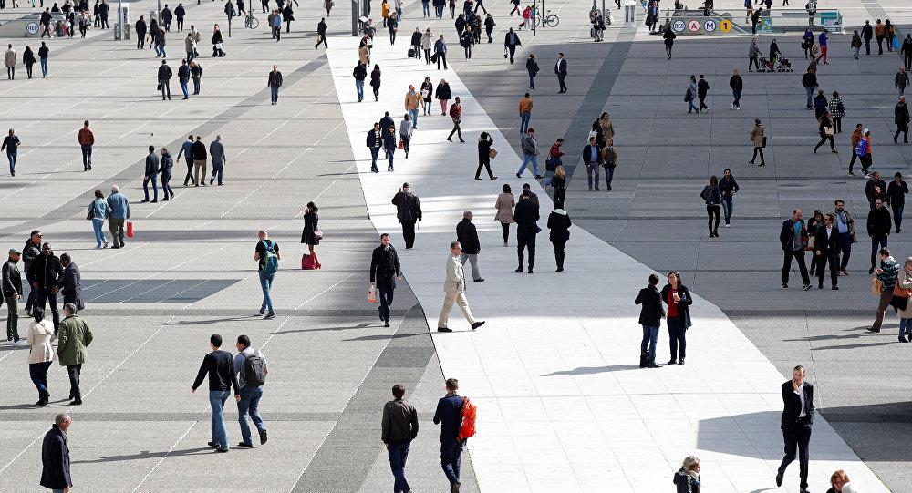 Parisdə gəzişən insanlar, arxiv şəkli