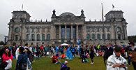 Люди у здания Рейхстага в Берлине, фото из архива