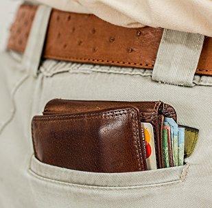 Портмоне в кармане, фото из архива