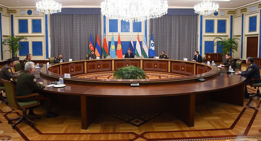 Президент Таджикистана встретился с министрами обороны стран СНГ