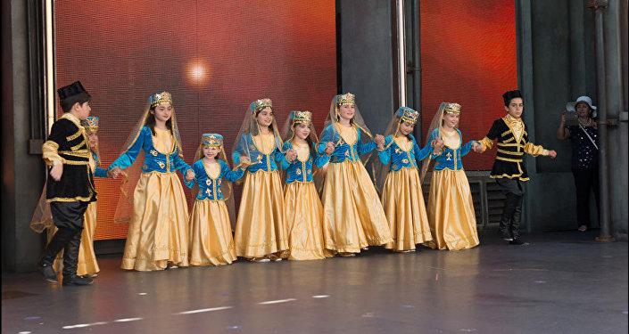 Танцевальная группа Azeri Calgary Stars выступила с концертом в знаменитом парке развлечений Диснейленд