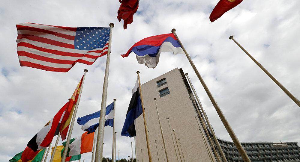 UNESCO-nun Parisdəki mənzil-qərargahı qarşısında ABŞ bayrağı, 12 oktyabr 2017-ci il