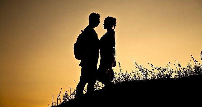 Силуэты мужчины и женщины на фоне заката. Архивное фото