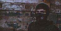 Мужчина в маске, фото из архива