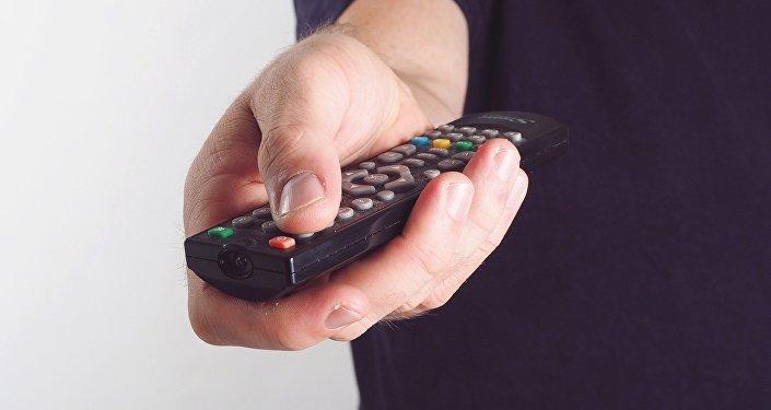 Televizora baxan adam. Arxiv şəkli