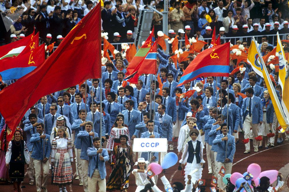 Делегация Союза Советских Социалистических Республик на церемонии открытия Всемирного фестиваля молодежи студентов, архивное фото