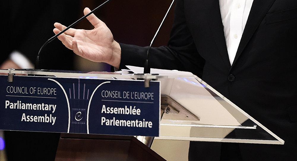 Трибуна в зале заседаний Парламентской Ассамблеи Совета Европы