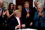ABŞ prezidenti Donald Tramp sənədi imzalayarkən, Ağ Ev, 12 oktybar 2017-ci il