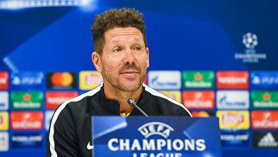 Главный тренер испанского футбольного клуба Атлетико Мадрид Диего Симеоне в ходе предматчевой пресс-конференции в Баку, 17 октября 2017 года