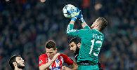 Вратарь Карабаха Шехич отражает очередную атаку противника