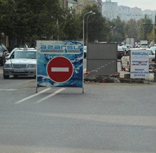 Разрытая проезжая часть на улице Мамеда Араза в Баку