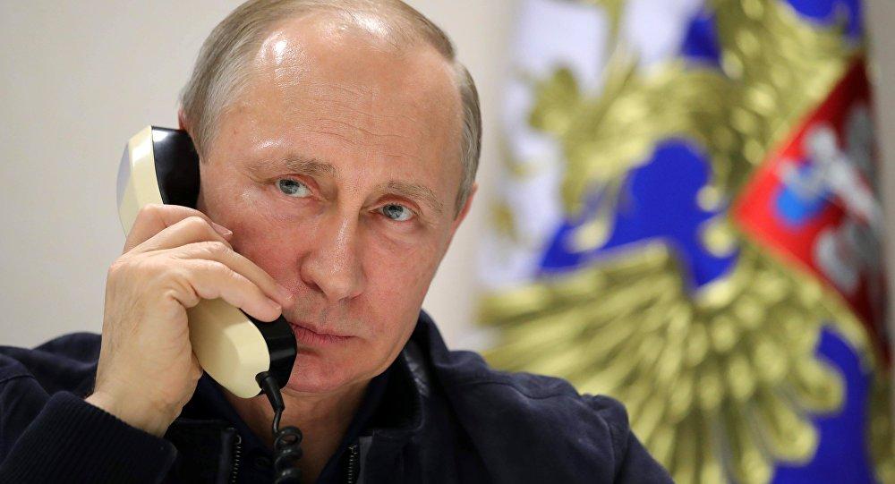 Vladimir Putin telefonla danışarkən