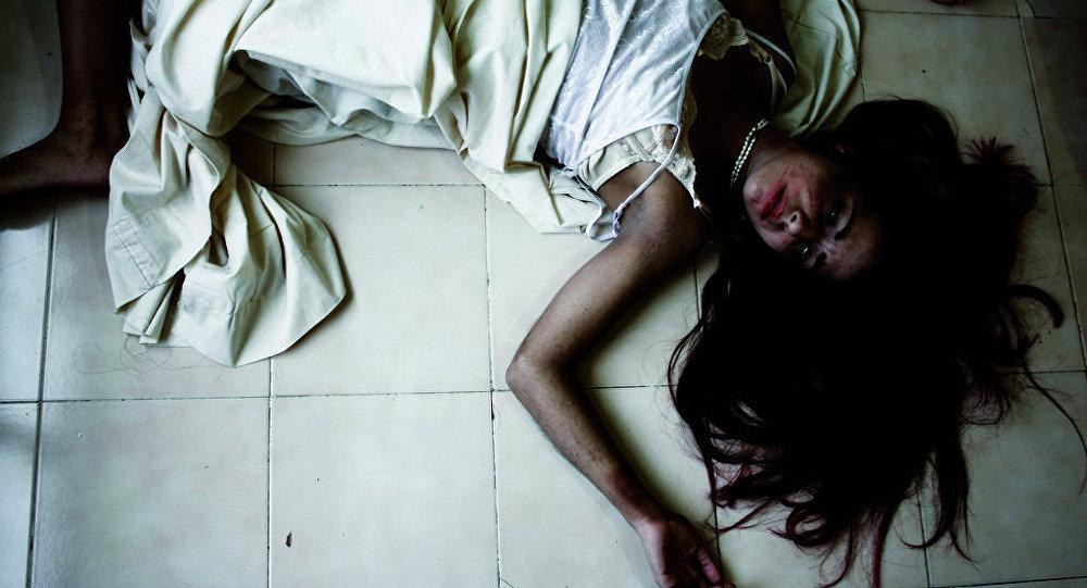 Молодая женщина в постели, фото из архива
