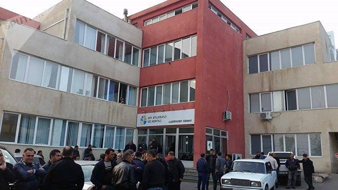 Yaralıların qohumları Marneuli şəhər xəstəxanasının qarşısında