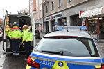 Полиция и сотрудники скорой помощи на месте нападения террориста на прохожих, около площади Розенхаймера в южном немецком городе Мюнхене, 21 октября 2017 года