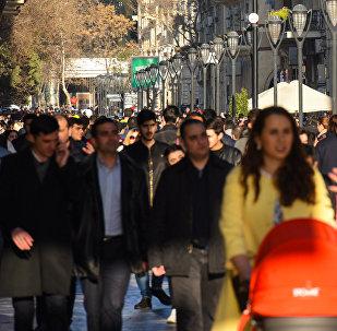Прохожие на улице Низами в Баку