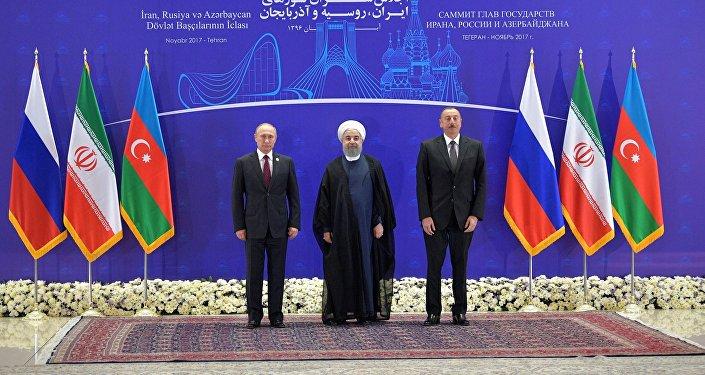 Президент РФ Владимир Путин, президент Ирана Хасан Рухани и президент Азербайджана Ильхам Алиев (слева направо) во время церемонии фотографирования перед началом встречи в Тегеране