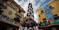Возведение башни из людей во время Дня всех святых в городе Вилафранка-дель-Пенедес, недалеко от Барселоны, Испания