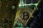 Криптовалюта биткоин на фоне материнской платы компьютера