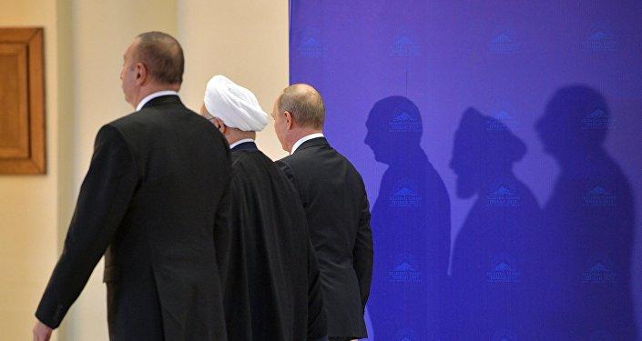 Президент РФ Владимир Путин, президент Ирана Хасан Рухани и президент Азербайджана Ильхам Алиев (справа налево) во время церемонии фотографирования перед началом встречи в Тегеране