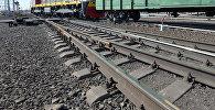 Тепловоз на железнодорожных рельсах, фото из архива