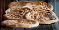 Хлеб, испеченный в тандыре, архивное фото