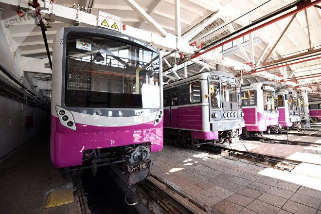Поезда в ремонтном цеху депо