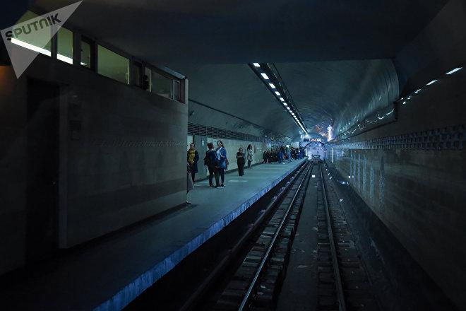 Вид на платформу станции Ичеришехер из кабины машиниста