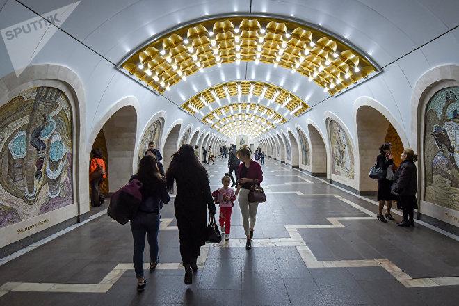 Пассажиры на станции Низами
