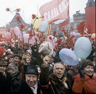 Участники демонстрации на Красной площади в День празднования 64-ой годовщины Великой Октябрьской Социалистической революции, Москва, 7 ноября 1981 года