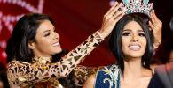 Мисс Венесуэла 2016 Кейси Саяго надевает корону на голову Мисс Венесуэлы 2017 Стефани Гутиерез