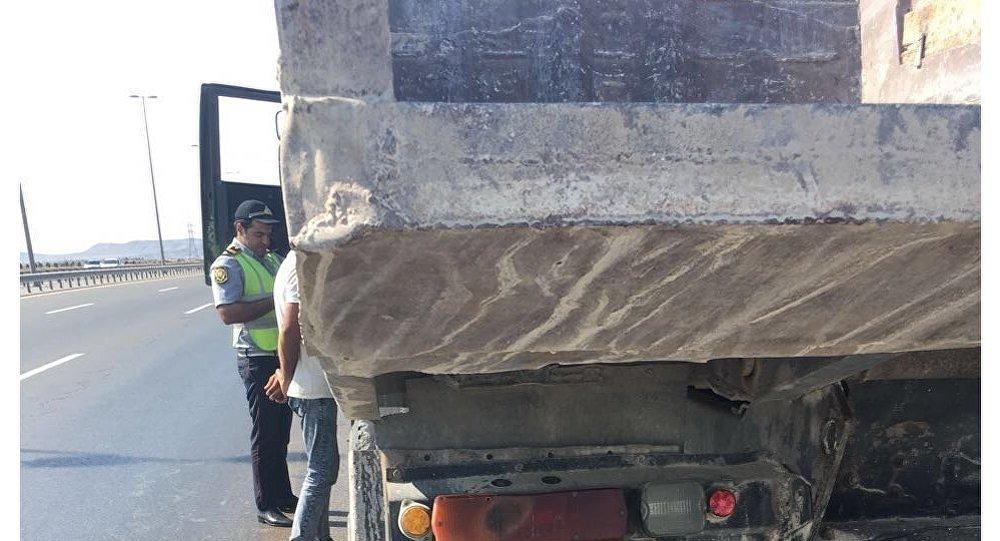 İritonnajlı yük avtomobilinin DYP əməkdaşı tərəfindən yoxlanılması