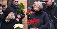 Люди у клиники Медси в Московской области, пришедшие проститься с сатириком Михаилом Задорновым