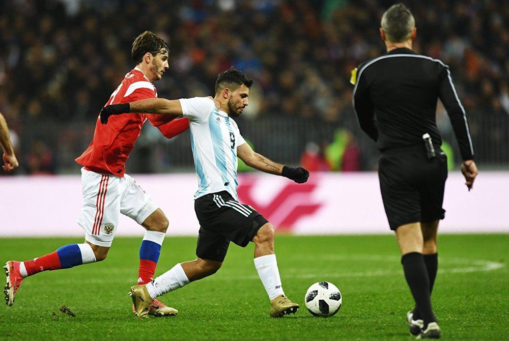 Слева направо: Александр Ерохин (Россия) и Серхио Агуэро (Аргентина) в товарищеском матче между сборными командами России и Аргентины