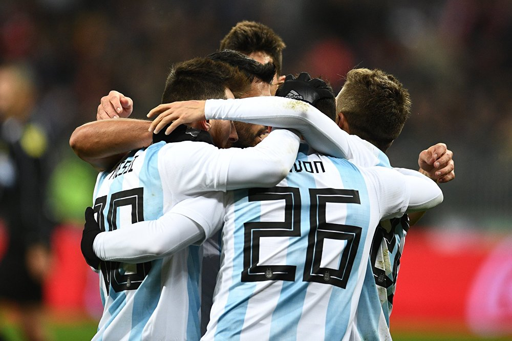 Слева направо: Лионель Месси (Аргентина), Кристиан Павон радуются забитому мячу в товарищеском матче по футболу между сборными России и Аргентины
