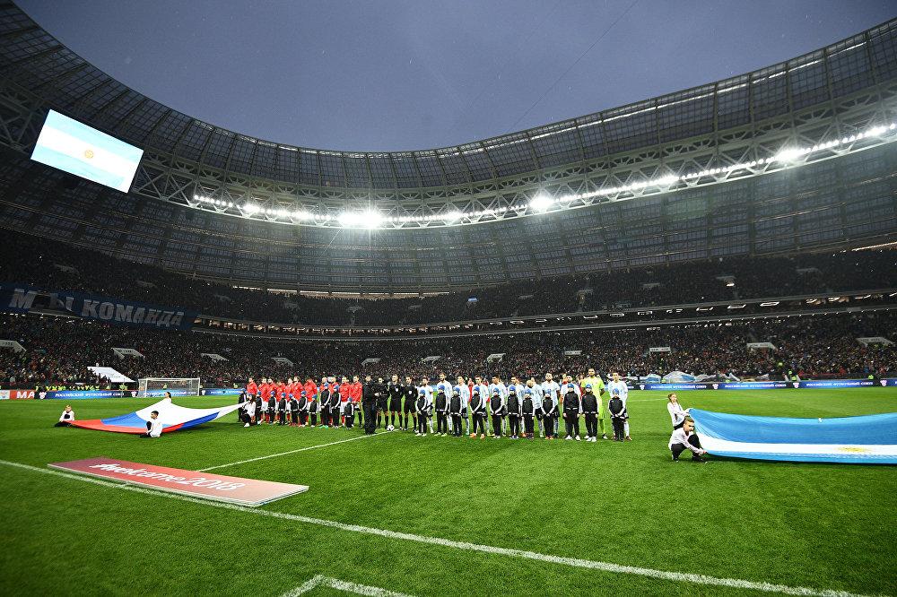 Игроки сборной России (слева) и Аргентины перед началом товарищеского матча по футболу на стадионе Лужники