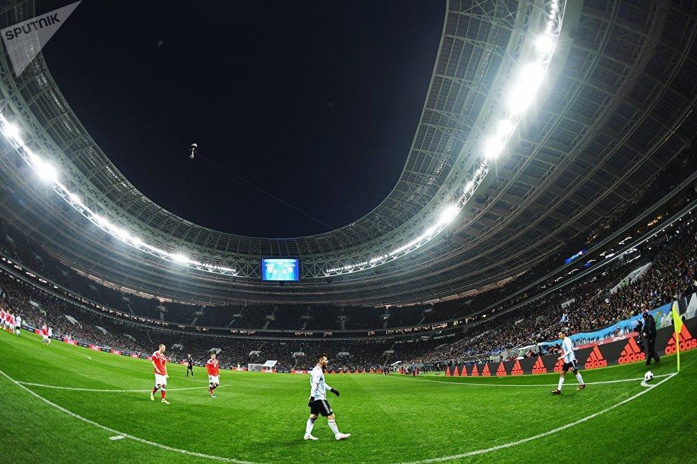 В центре: Лионель Месси (Аргентина) в товарищеском матче между сборными командами России и Аргентины