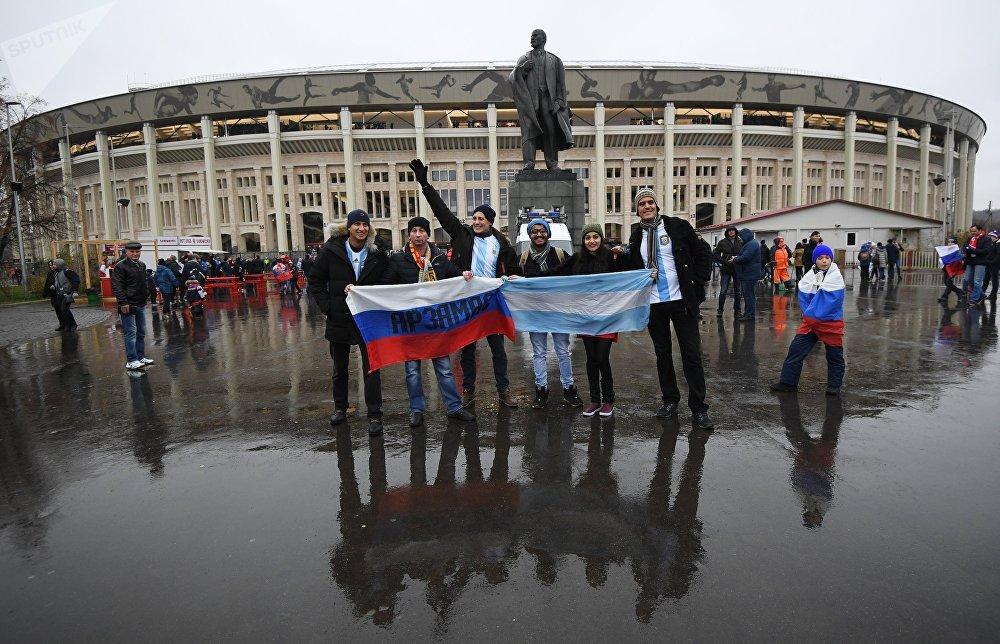 Болельщики у стадиона Лужники перед началом товарищеского матча между сборными командами России и Аргентины