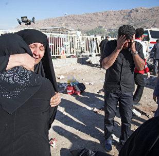 Люди после землетрясения в округе Сарпол-и Захаб в Керманшахе, Иран, 13 ноября 2017 года