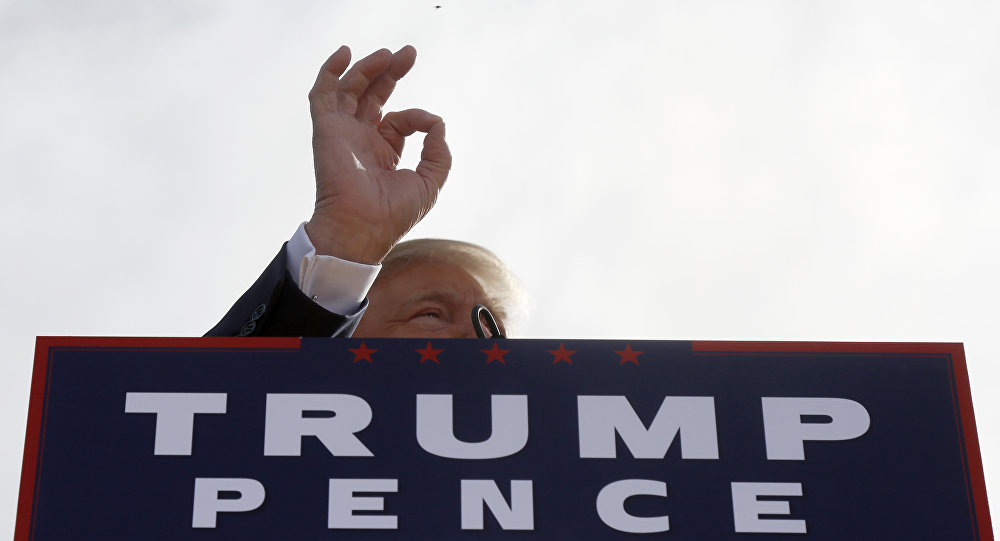Кандидат в президенты от Республиканской партии США Дональд Трамп выступает в Портсмуте, штат Нью-Хэмпшир, 15 октября 2016 года