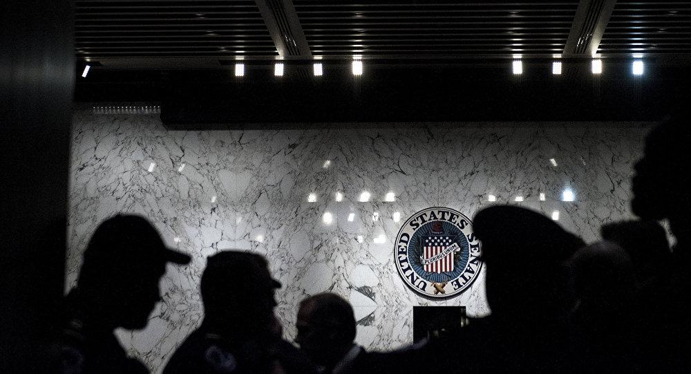 Силуэты людей на фоне эмблемы Сената США, фото из архива