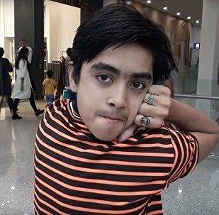 Пакистанский мальчик может повернуть голову на 180 градусов