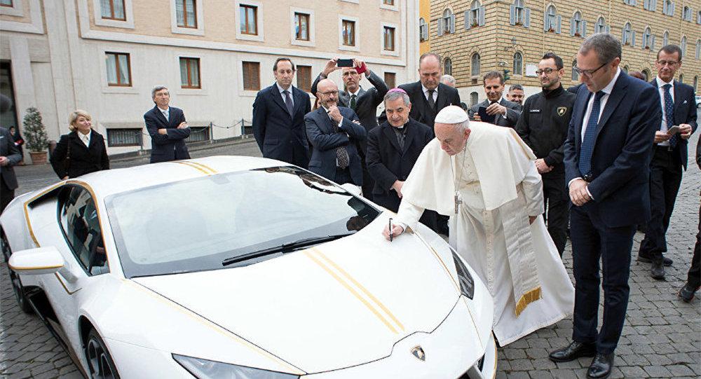 Lamborghini преподнесла в дар папе Римскому Франциску уникальный экземпляр спортивного автомобиля модели Huracan