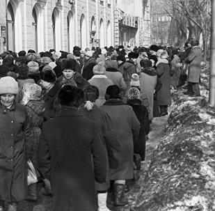 Очередь у магазина Одежда в городе Прокопьевск, Кемеровская область, Россия, 20 марта 1991 года