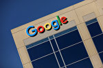 Эмблема Google на здании компании в Калифорнии, США