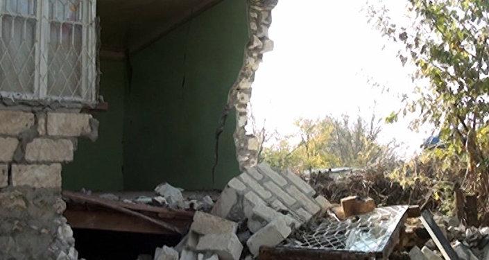 Разрушенный в результате землетрясения частный дом жительницы села Учоглан Агдамского района Захры Сафаровой